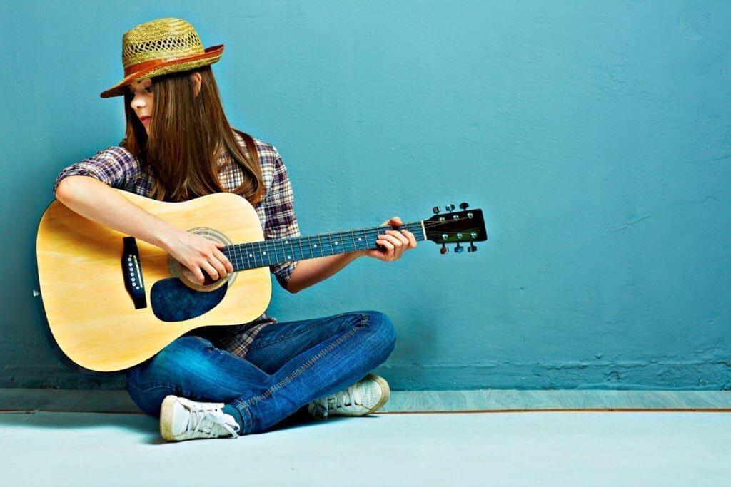 Clases de guitarra Valencia, en bluemusic, academia de música y tienda de instrumentos musicales.